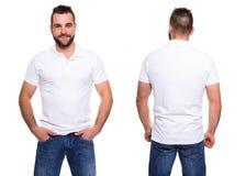Weißes Polohemd auf einer Schablone des jungen Mannes Stockfotos