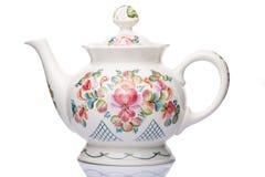 Weißes Porzellan der Teekanne mit Mustern für Getränke Lizenzfreie Stockfotografie