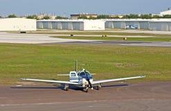 Weißes Propellerflugzeug Lizenzfreies Stockfoto