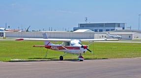Weißes Propellerflugzeug Lizenzfreies Stockbild