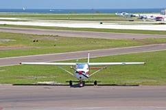 Weißes Propellerflugzeug Stockfotografie