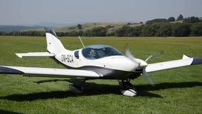 Weißes propellergetriebenes Flugzeug Kreuzers PS-28 DoppelSeats hört auf, Graslandebahn herein weiterzugehen stock video
