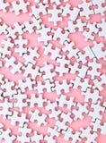 Weißes Puzzlespiel auf rosa Hintergrund Stockbilder