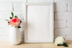 Weißes Rahmenmodell mit den rosa und weißen Rosen lizenzfreie stockbilder