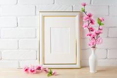 Weißes Rahmenmodell mit rosa Blumenbündel lizenzfreie stockbilder