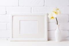 Weißes Rahmenmodell mit weicher gelber Orchidee im Vase Lizenzfreie Stockfotos