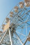 Weißes Riesenrad gegen blauen Himmel stockfotos