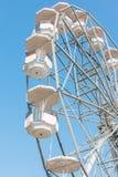 Weißes Riesenrad gegen Hintergrund des blauen Himmels stockbild