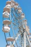 Weißes Riesenrad gegen Hintergrund des blauen Himmels lizenzfreies stockbild