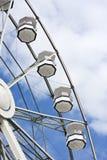 Weißes Riesenrad und bewölkter Himmel Lizenzfreie Stockfotografie