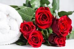Weißes Rollentuch mit Rosen stockbild