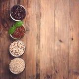 Weißes, rotes, schwarzes und gemischtes rohes Quinoakorn Stockbild