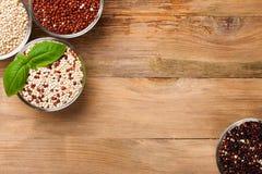Weißes, rotes, schwarzes und gemischtes rohes Quinoakorn Lizenzfreies Stockbild