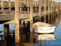 Weißes Ruderboot am Pier Stockfotografie