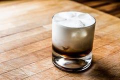 Weißes russisches Cocktail auf Holzoberfläche Lizenzfreies Stockfoto