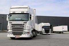 Weißes Scania tauscht bereites, am Lager-Gebäude zu entladen Lizenzfreie Stockfotografie