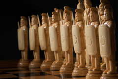 Weißes Schach ist auf einem Schachbrett Lizenzfreie Stockbilder