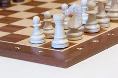 Weißes Schachspiel fangen an lizenzfreie stockbilder