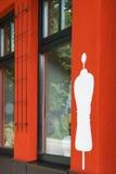Weißes Schattenbild der Attrappe auf der roten Wand Stockbilder