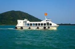 Weißes Schiff auf blauen Wellen. Vietnam. Stockfotos