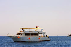 Weißes Schiff, das durch das Mittelmeer sich bewegt Lizenzfreie Stockbilder