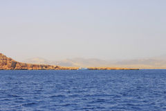 Weißes Schiff, das durch das Rote Meer sich bewegt Stockfotografie