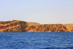 Weißes Schiff, das durch das Rote Meer sich bewegt Lizenzfreies Stockbild