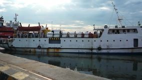 Weißes Schiff, das von Vung Tau abreist, um Dao-Insel hereinzulegen lässt die Ankernposition am Pier im Hafen für Abfahrt stock footage