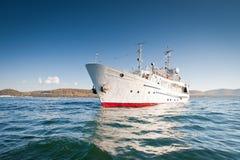 Weißes Schiff im Wasser vom Baikalsee Lizenzfreie Stockbilder