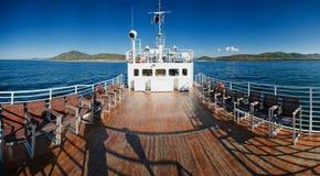 Weißes Schiff im Wasser vom Baikalsee Lizenzfreies Stockfoto