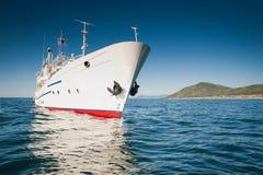 Weißes Schiff im Wasser vom Baikalsee Stockfotos
