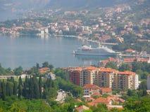 weißes Schiff ist in der Bucht am Pier, Montenegro, das adriatische Meer Lizenzfreies Stockbild