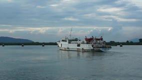 Weißes Schiff von Vung Tau, zum von Dao-Insel hereinzulegen, die sich herum in Hafenbecken von Vung Tau dreht, um zu gehen, um Da stock video