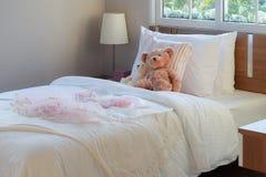 Weißes Schlafzimmer dekorativ mit Kissen und Puppen lizenzfreies stockfoto