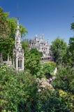 Weißes Schloss Astonising im ausgezeichneten grünen Park Lizenzfreie Stockfotografie