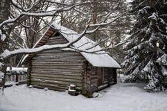 Weißes schneebedecktes Blockhaus Lizenzfreie Stockbilder