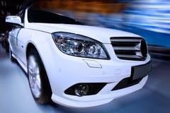 Weißes schnelles Auto Stockbild