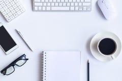 Weißes Schreibtischbüro mit Laptop, Smartphone und anderer bearbeiten supplie Stockfoto