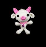 Weißes Schwein der handgemachten Häkelarbeit mit rosa Nasenpuppe auf schwarzem backgrou Lizenzfreie Stockfotos
