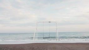 Weißes Schwingen nahe dem Meer, das bei Sonnenuntergang rüttelt Sch?ne junge Frau an einem Pool stock video