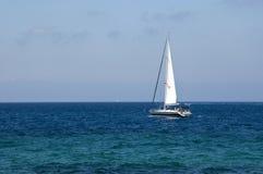Weißes Segel auf einer Yacht im blauen Meer Stockfotografie