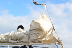 Weißes Segel eines Segelboots Lizenzfreie Stockfotos