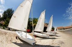 Weißes Segelboot Lizenzfreie Stockbilder
