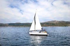 Weißes Segelboot Stockbilder