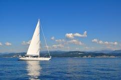 Weißes Segelboot Lizenzfreie Stockfotografie