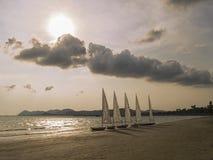 Weißes Segelboot auf tropischem Strand Lizenzfreie Stockfotos