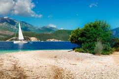 Weißes Segelboot Im Hintergrund ist griechische Insel Lefkas Stockfotos