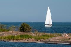 Weißes Segelboot im schwedischen Archipel lizenzfreie stockfotos