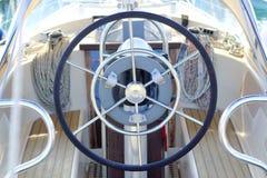 Weißes Segelbootdetail des Bootsseitenruderrades Lizenzfreie Stockbilder