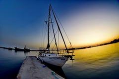 Weißes Segelschiff Stockfotos